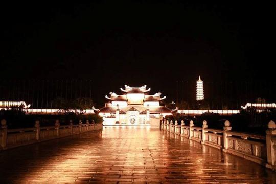 Ngôi chùa lớn nhất Việt Nam đẹp lung linh huyền ảo về đêm - Ảnh 2.