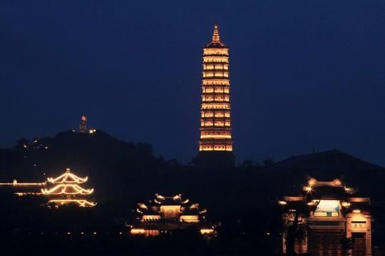 Ngôi chùa lớn nhất Việt Nam đẹp lung linh huyền ảo về đêm - Ảnh 3.