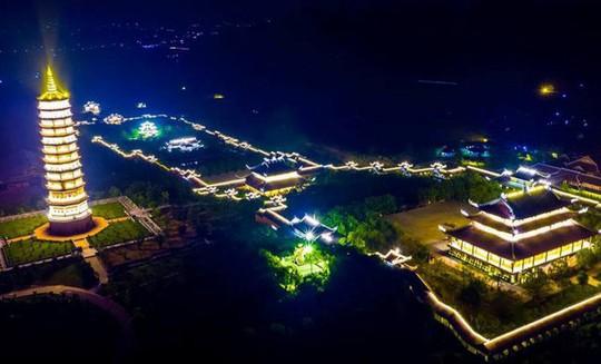 Ngôi chùa lớn nhất Việt Nam đẹp lung linh huyền ảo về đêm - Ảnh 4.