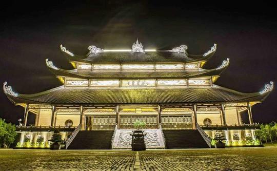 Ngôi chùa lớn nhất Việt Nam đẹp lung linh huyền ảo về đêm - Ảnh 6.