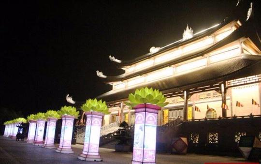 Ngôi chùa lớn nhất Việt Nam đẹp lung linh huyền ảo về đêm - Ảnh 7.