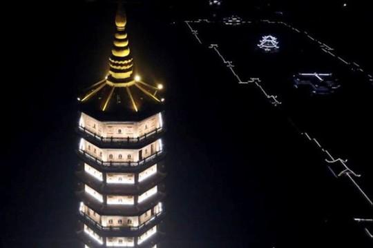 Ngôi chùa lớn nhất Việt Nam đẹp lung linh huyền ảo về đêm - Ảnh 9.