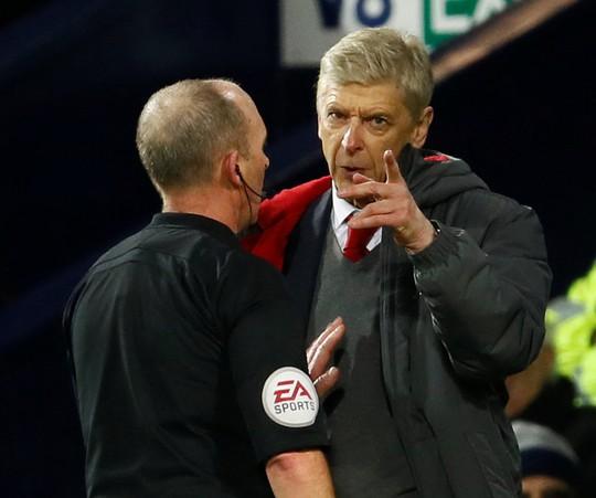 HLV Wenger: Trọng tài đã làm hư trận đấu - Ảnh 4.