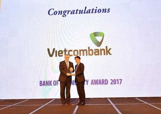 Ngân hàng Việt Nam tiêu biểu 2017 vinh danh Vietcombank - Ảnh 1.