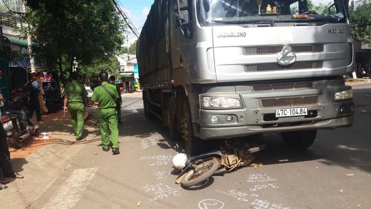 Xe tải tông kéo lê xe máy 30 m, 1 người chết - Ảnh 1.