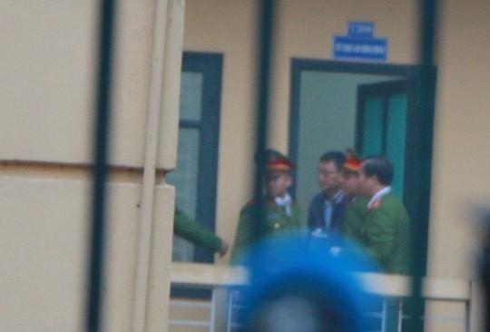 An ninh thắt chặt tại tòa xử ông Đinh La Thăng và đồng phạm - Ảnh 7.