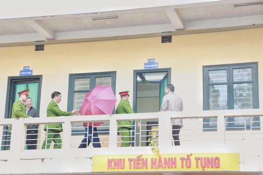 Ông Đinh La Thăng và các bị cáo ăn trưa ngay tại khu vực tòa - Ảnh 1.