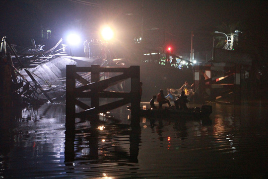 Sập cầu Long Kiển, xe ben và xe máy rớt xuống sông - Ảnh 4.