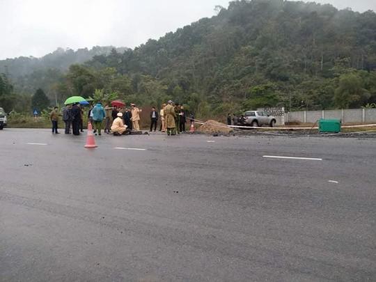 Ô tô tông 5 công nhân đang thi công trên đường tử vong - Ảnh 1.