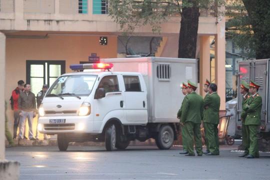 An ninh thắt chặt tại tòa xử ông Đinh La Thăng và đồng phạm - Ảnh 2.