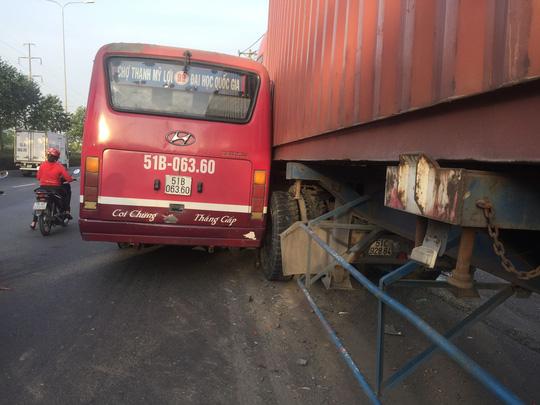 Đình chỉ tài xế xe buýt rượt đuổi xe container trên Quốc lộ 1 - Ảnh 1.