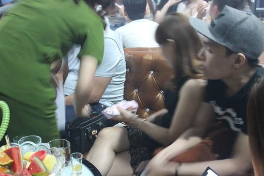 Đột kích quán bar, lòi ra hơn 200 người dính ma túy - Ảnh 2.