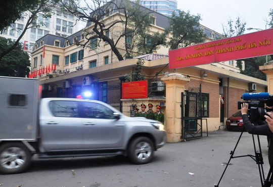 Đoàn xe đưa ông Đinh La Thăng và đồng phạm tới tòa nghe tuyên án - Ảnh 9.