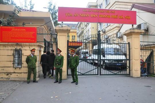 Đoàn xe đưa ông Đinh La Thăng và đồng phạm tới tòa nghe tuyên án - Ảnh 6.
