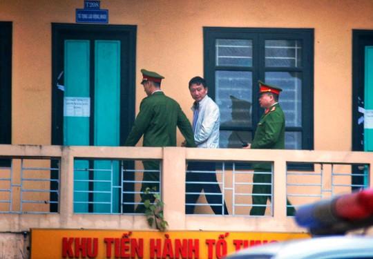 Đoàn xe đưa ông Đinh La Thăng và đồng phạm tới tòa nghe tuyên án - Ảnh 10.