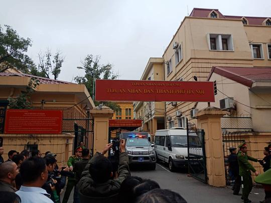Tòa xử ông Đinh La Thăng: Ông Phùng Đình Thực đi bộ rời tòa sau tuyên án - Ảnh 2.