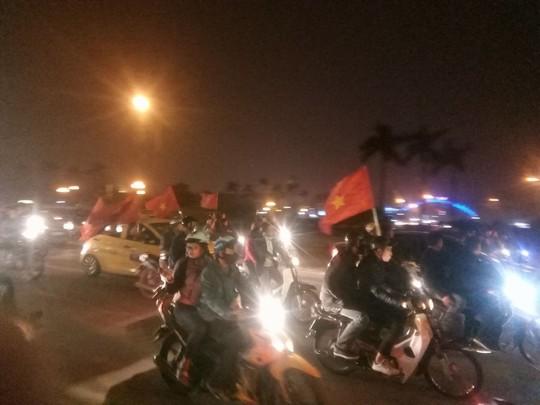 Ngập sắc đỏ mừng chiến thắng nức lòng của U23 Việt Nam - Ảnh 22.