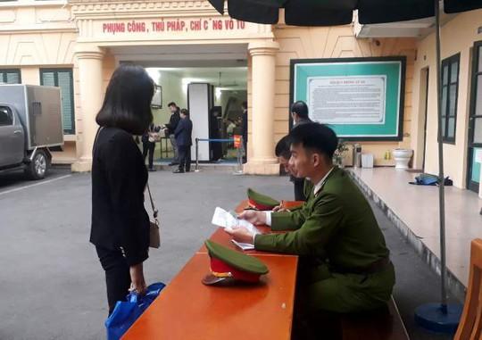 Đoàn xe đưa ông Đinh La Thăng và đồng phạm tới tòa nghe tuyên án - Ảnh 13.