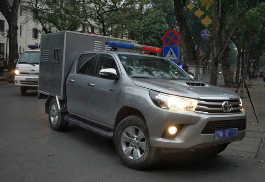 Đoàn xe đưa ông Đinh La Thăng và đồng phạm tới tòa nghe tuyên án - Ảnh 7.