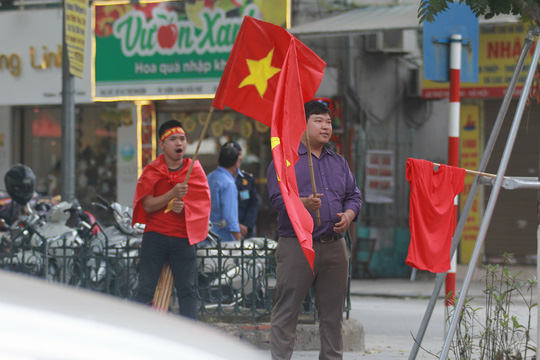 Biển người đổ về hồ Gươm sướng cùng U23 Việt Nam - Ảnh 12.