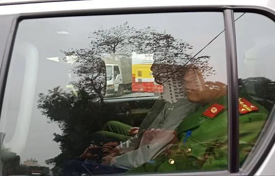 Tòa xử ông Đinh La Thăng: Ông Phùng Đình Thực đi bộ rời tòa sau tuyên án - Ảnh 3.