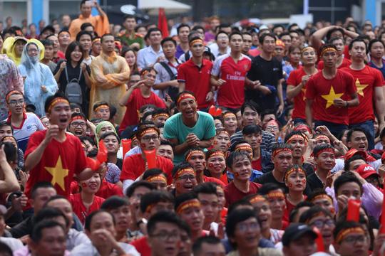Vỡ òa, hạnh phúc tột độ vì U23 Việt Nam - Ảnh 2.
