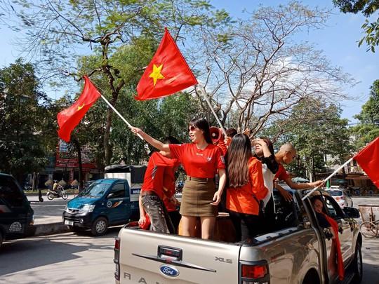 Biển người đổ về hồ Gươm sướng cùng U23 Việt Nam - Ảnh 30.