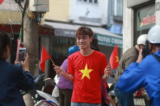 Biển người đổ về hồ Gươm sướng cùng U23 Việt Nam - Ảnh 15.
