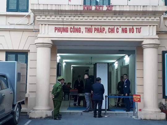 Đoàn xe đưa ông Đinh La Thăng và đồng phạm tới tòa nghe tuyên án - Ảnh 14.