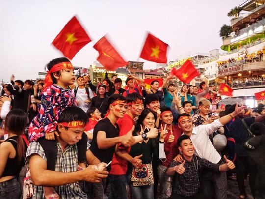 Biển người đổ về hồ Gươm sướng cùng U23 Việt Nam - Ảnh 7.