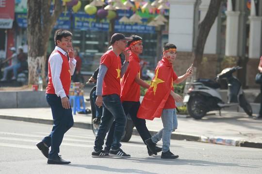 Biển người đổ về hồ Gươm sướng cùng U23 Việt Nam - Ảnh 25.