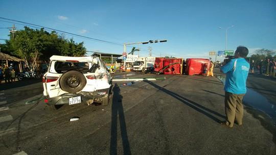Xe cứu hỏa tông 3 ô tô khi đi chữa cháy - Ảnh 4.