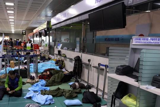 Nhật Bản: Tuyết chôn chân xe lửa, khách rã rời đứng cả đêm - Ảnh 4.