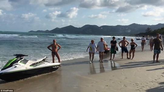Thái Lan: Đấu súng trên bãi biển, du khách nháo nhào bỏ chạy - Ảnh 8.