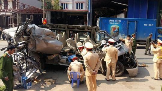 Xe 16 chỗ tông xe tải, 14 người thương vong - Ảnh 2.