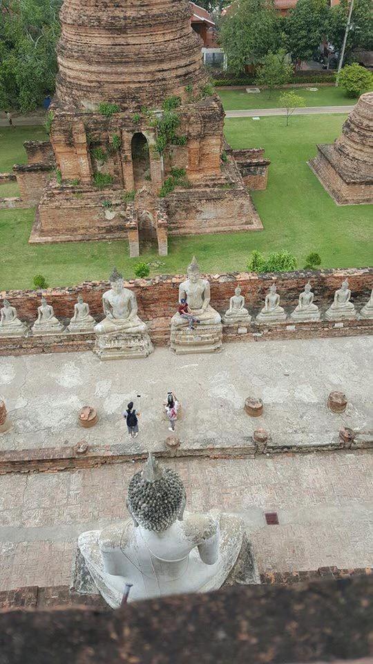 """Nữ du khách bị """"ném đá"""" vì ngồi vào lòng tượng Phật - Ảnh 2."""