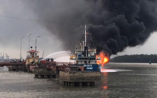 Hải Phòng: Đang bơm, tàu chở xăng dầu phát nổ, bốc cháy dữ dội - Ảnh 1.