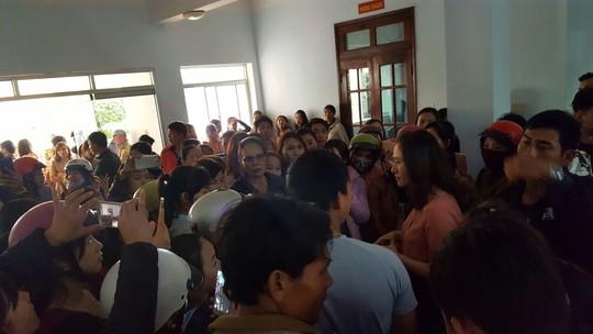 Họp khẩn ngày chủ nhật giải quyết vụ 500 giáo viên mất việc - Ảnh 1.