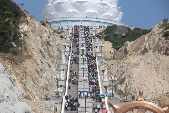 Tượng Phật trong dự án tâm linh của ông Trần Bắc Hà hút khách - Ảnh 3.