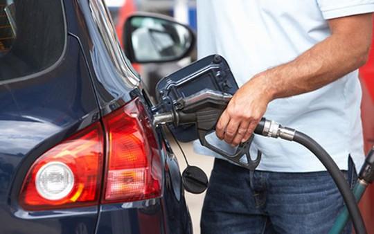 Thói quen nhiều người mắc phải khi đổ xăng khiến ô tô dễ cháy nổ - Ảnh 1.