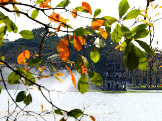 Hồ Gươm lãng mạn mùa lộc vừng thay màu lá - Ảnh 2.