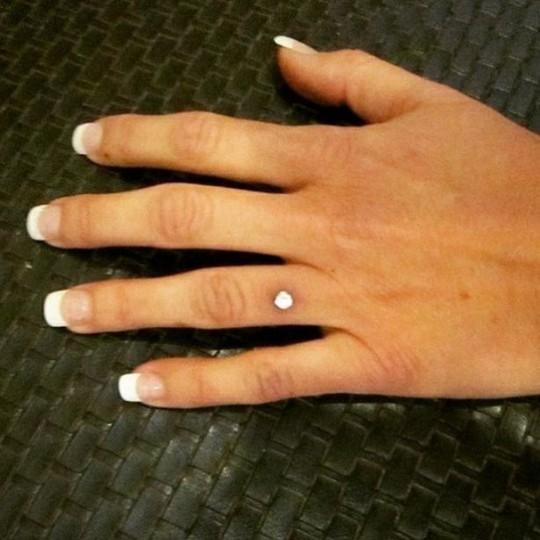 Rộ mốt bấm kim cương lên tay thay nhẫn cưới - Ảnh 1.
