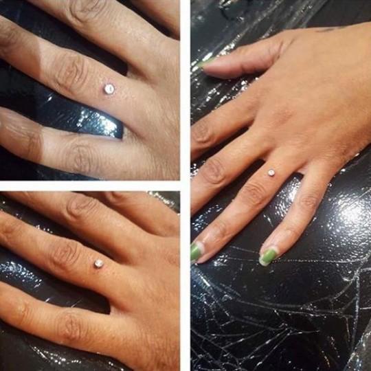 Rộ mốt bấm kim cương lên tay thay nhẫn cưới - Ảnh 2.
