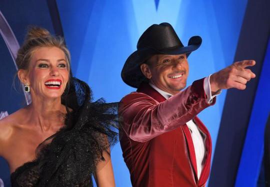 Sao nhạc đồng quê Tim McGraw ngã quỵ trên sân khấu - Ảnh 1.