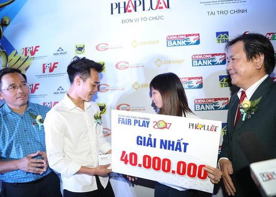 Nhận cúp Fair Play, Văn Toàn tặng hết tiền thưởng cho người hạng 3 - ảnh 1