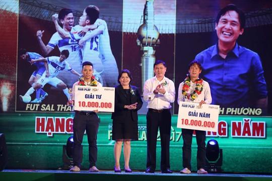Nhận cúp Fair Play, Văn Toàn tặng hết tiền thưởng cho người hạng 3 - Ảnh 3.