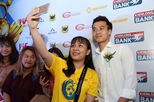 Nhận cúp Fair Play, Văn Toàn tặng hết tiền thưởng cho người hạng 3 - Ảnh 4.