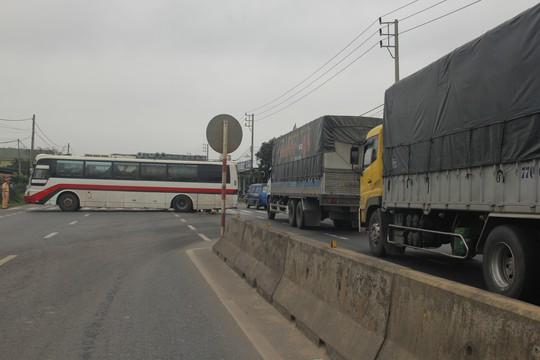 Xe ô-tô khách chắn ngang Quốc lộ 1, gây ách tắc hơn 2 km - Ảnh 1.