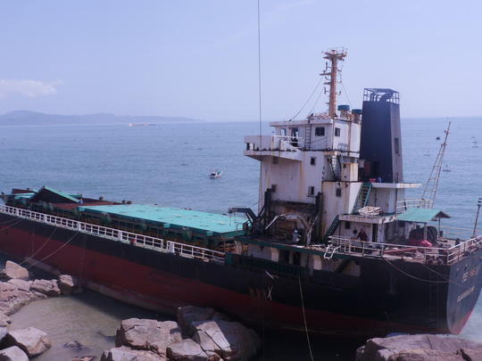 """""""Xẻ thịt"""" tàu gặp nạn trên vịnh Quy Nhơn bán phế liệu - Ảnh 2."""