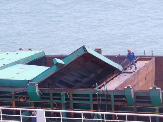 """""""Xẻ thịt"""" tàu gặp nạn trên vịnh Quy Nhơn bán phế liệu - Ảnh 1."""